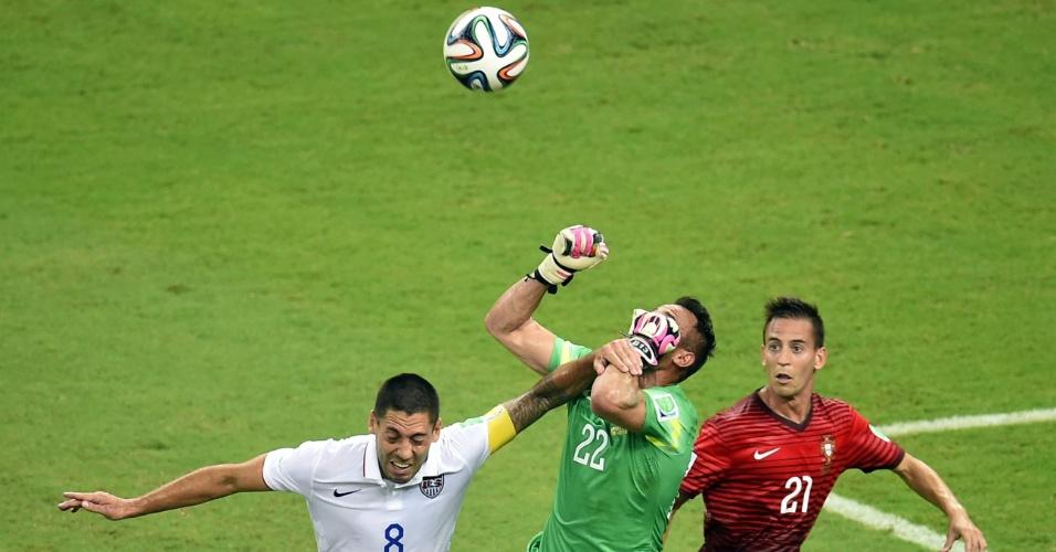Clint Dempsey, dos Estados Unidos, deixa o braço no rosto do goleiro Beto, de Portugal