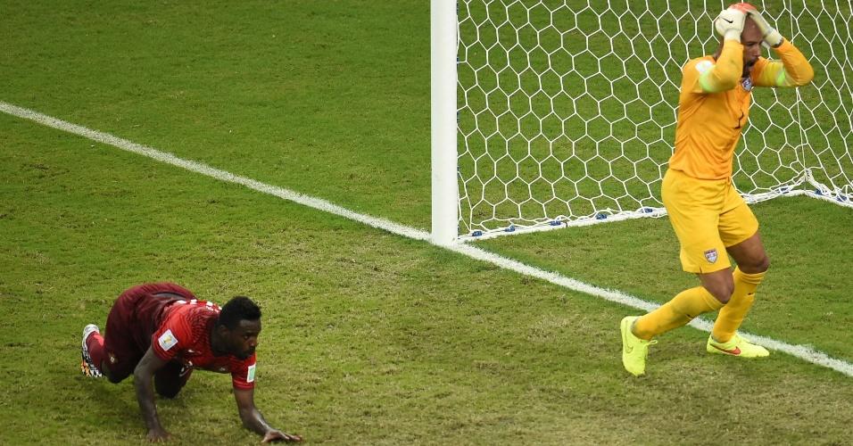 Goleiro dos Estados Unidos, Tim Howard coloca a mão na cabeça após Portugal empatar a partida no último minuto de jogo