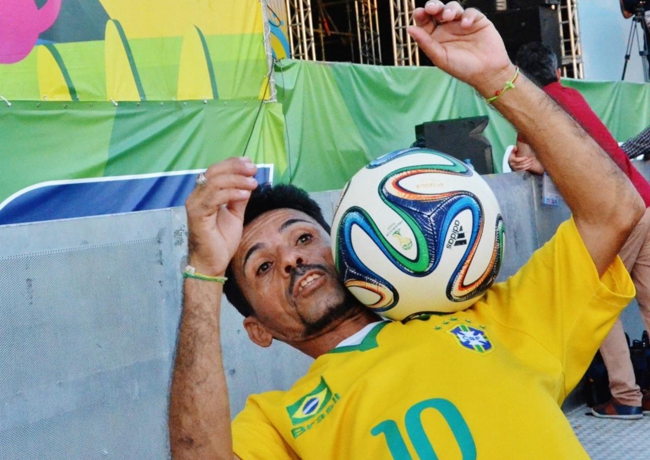 Manuel das Embaixadinhas quer se apresentar na frente do Maracanã na final da Copa