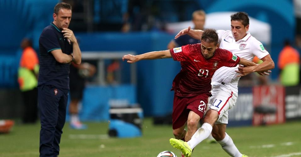 Técnico Paulo Bento observa disputa entre Joao Pereira, de Portugal, e Alejandro Bedoya, dos Estados Unidos