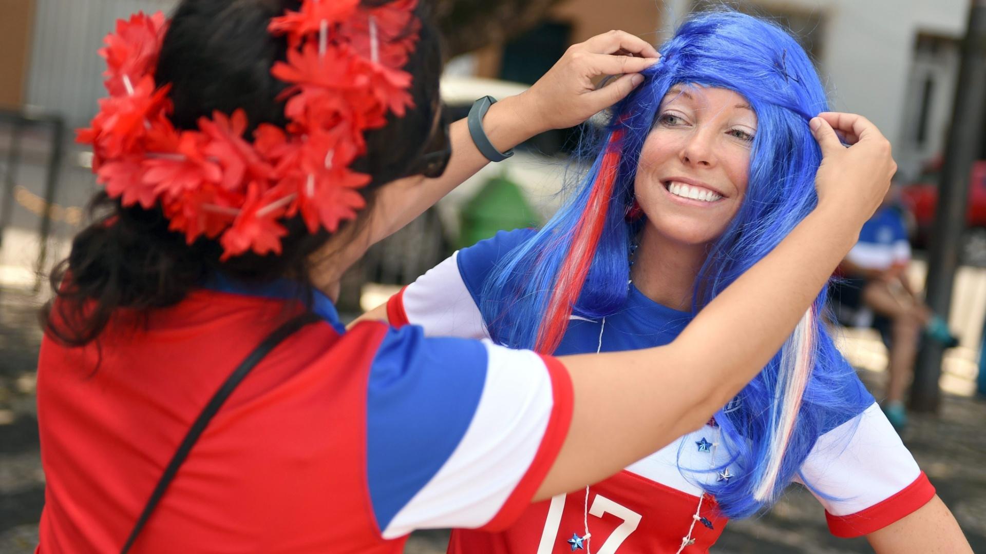 Torcedora ajeita a peruca antes do jogo contra Portugal em Manaus