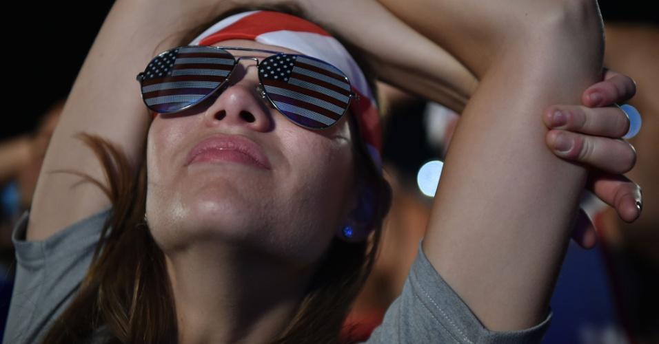Torcedora dos Estados Unidos assiste ao jogo contra Portugal da Fan Fest de Copacabana
