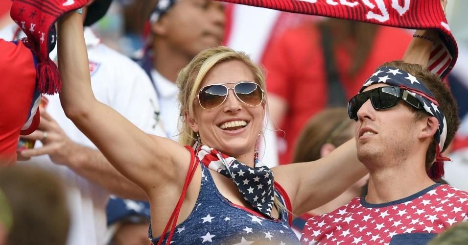 Torcedora dos Estados Unidos mostra confiança durante jogo contra Portugal na Arena Amazônia