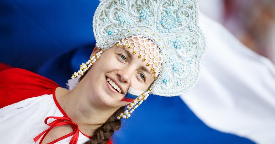 Torcedora russa usa chapéu típico no Maracanã para jogo contra a Bélgica