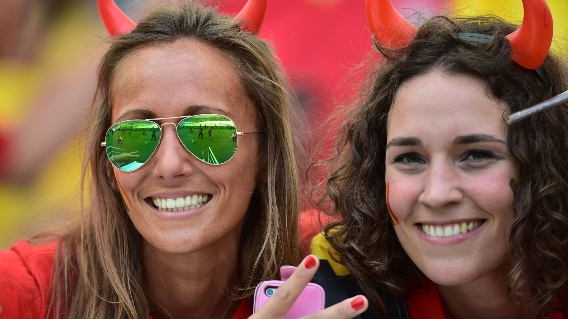 Torcedoras belgas marcam presença no Maracanã para o jogo contra a Rússia