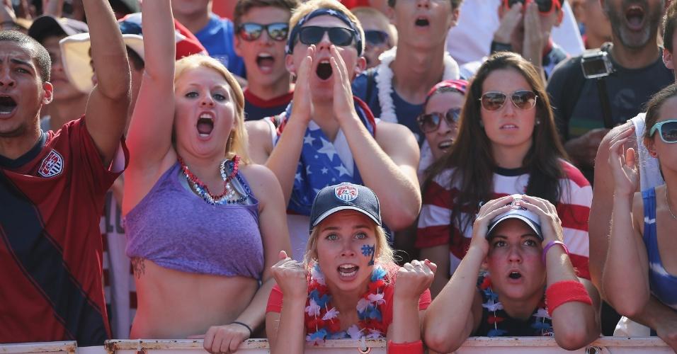 Torcedores acompanham jogo dos Estados Unidos contra Portugal em Chicago