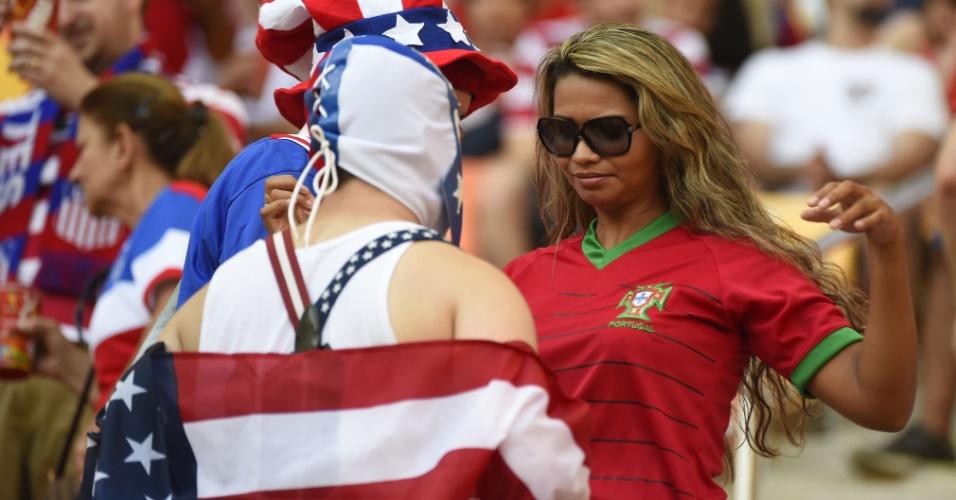Torcedores de Estados Unidos e Portugal antes do jogo entre as duas seleções na Arena Amazônia