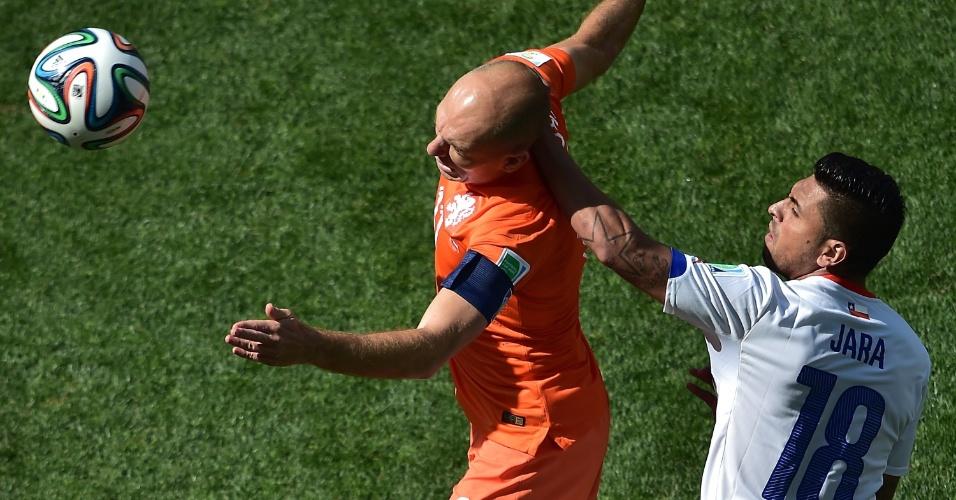 23.jun.2014 - Arjen Robben disputa lance com Gonzalo Jara durante partida entre Holanda e Chile no Itaquerão