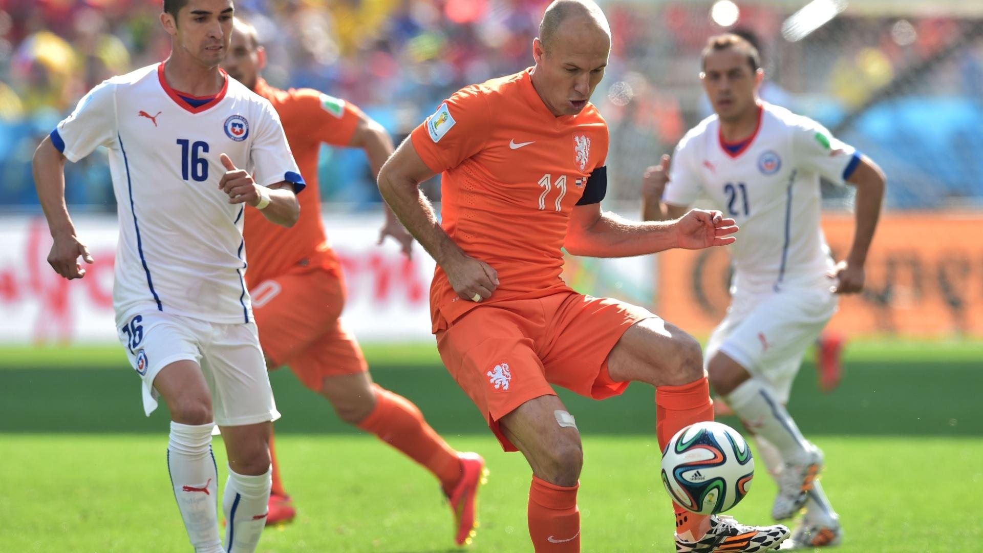 Arjen Robben tenta fazer o passe diante da marcação de Felipe Gutierrez na partida entre Chile e Holanda