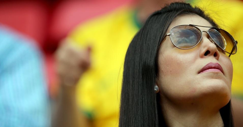 23.jun.2014 - Brasileira aguarda o início da partida contra a seleção de Camarões, a última da primeira fase da Copa do Mundo