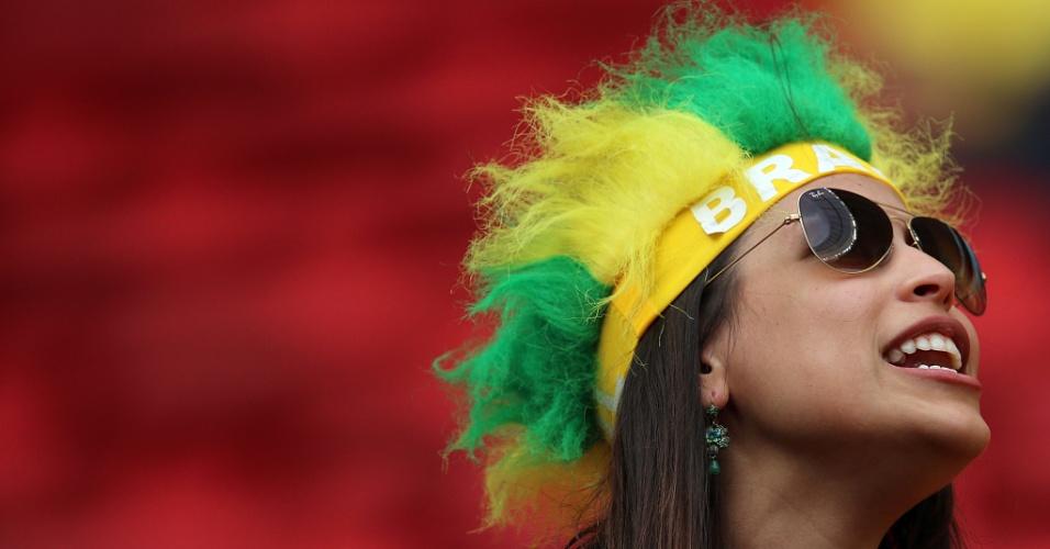 23.jun.2014 - Brasileira faz festa antes da partida contra Camarões, no estádio Mané Garrincha, em Brasília