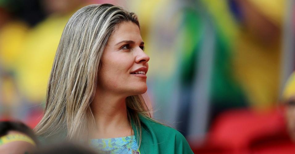 23.jun.2014 - Com as cores do Brasil, torcedora aguarda o início da partida contra Camarões, a última da primeira fase da Copa