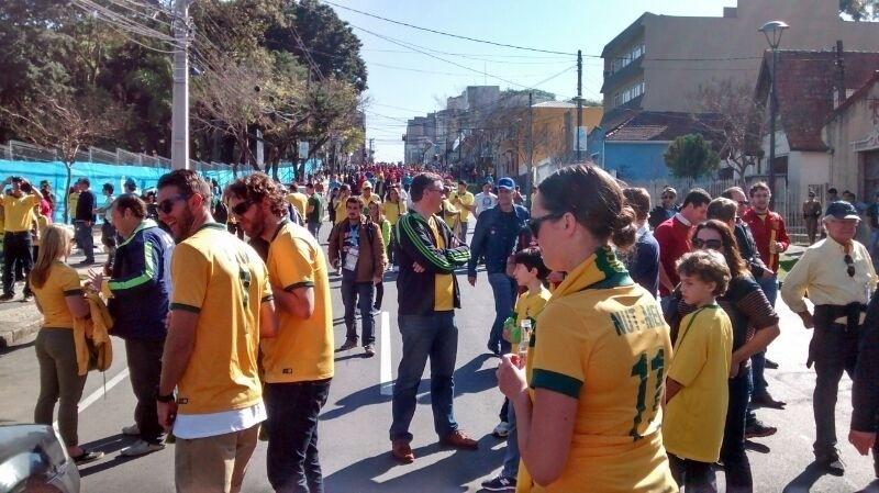 23.jun.2014 - Torcedores vão chegando à Arena da Baixada, em Curitiba, para o jogo entre Austrália e Espanha