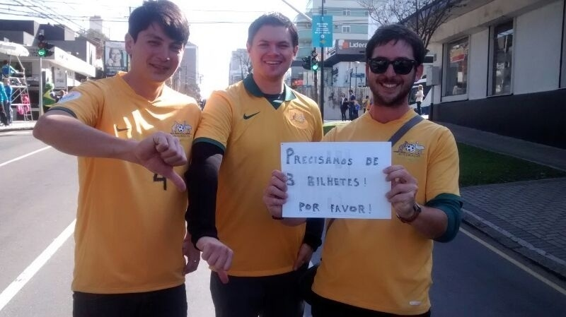 23.jun.2014 - Três australianos procuram ingressos de última hora para assistir à partida contra a Espanha, na Arena da Baixada