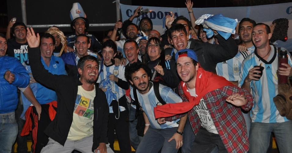 Bolsa De Festa Em Porto Alegre : Sele??o argentina dribla torcedores em chegada a porto