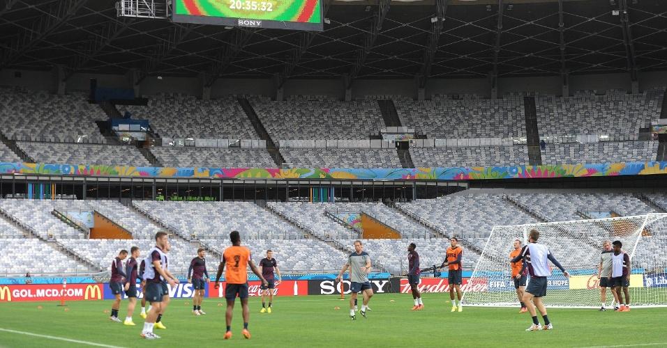 A Inglaterra está fora da Copa, mas fez o reconhecimento de gramado do Mineirão, onde enfrenta a Costa Rica nesta terça-feira