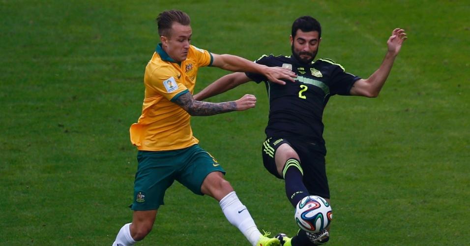 Adam Taggart, da Austrália, e Raul Albiol, da Espanha, disputam bola durante partida na Arena da Baixada