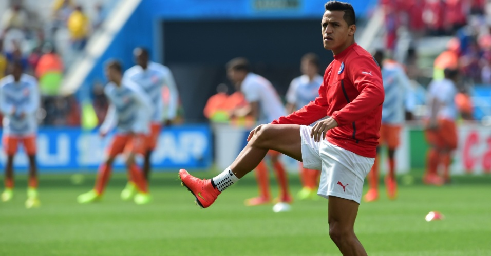Alexis Sánchez, atacante do Chile, faz aquecimento no gramado do Itaquerão antes da partida contra a Holanda