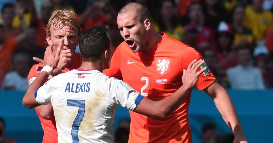 Alexis Sánchez e Vlaar se desentendem após dividida na partida entre Chile e Holanda