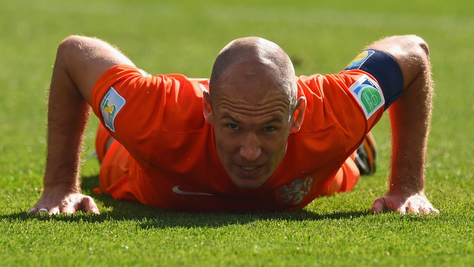Arjen Robben fica no gramado durante partida entre Holanda e Chile no Itaquerão