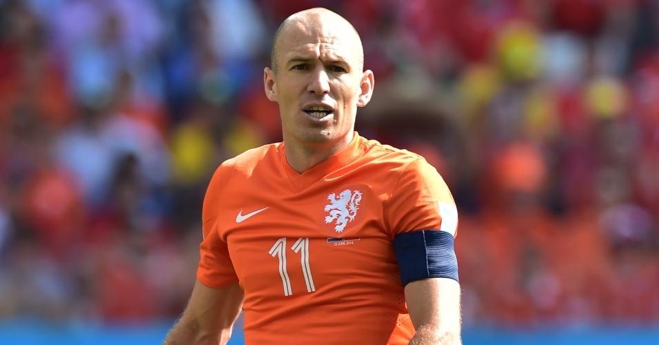 Arjen Robben observa lance durante partida entre Holanda e Chile no Itaquerão