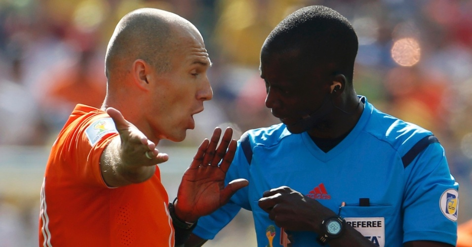 Arjen Robben reclama com o juiz durante partida entre Holanda e Chile