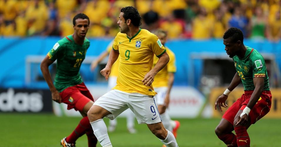 23.jun.2014 - Atacante Fred observa a movimentação brasileira no jogo contra Camarões, no Mané Garrincha