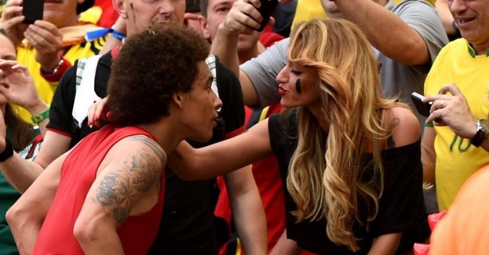 Axel Witsel beija Rafaella Szabo, sua mulher, nas arquibancadas do Maracanã