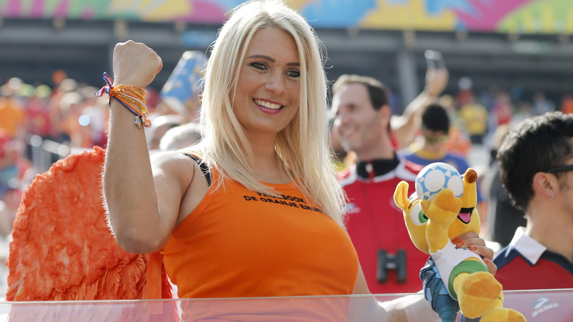 Bela torcedora holandesa chega ao Itaquerão para dar o seu apoio na partida contra o Chile