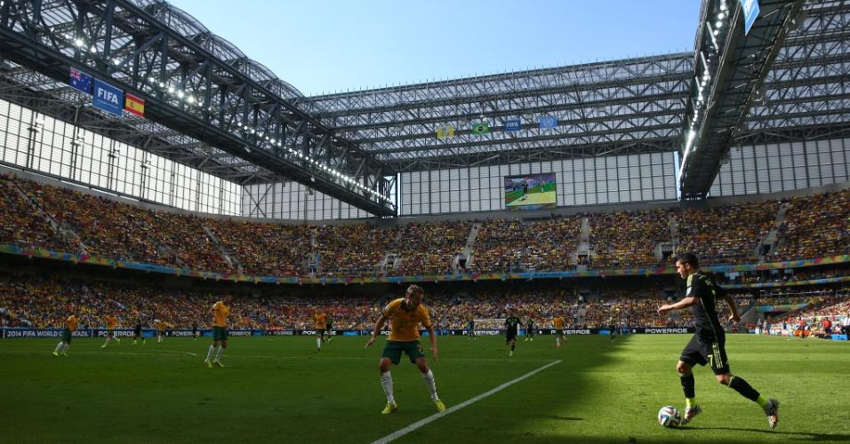 David Villa tenta criar jogada na última partida da Espanha na Copa. Sua seleção venceu a Austrália por 3 a 0 na Arena da Baixada