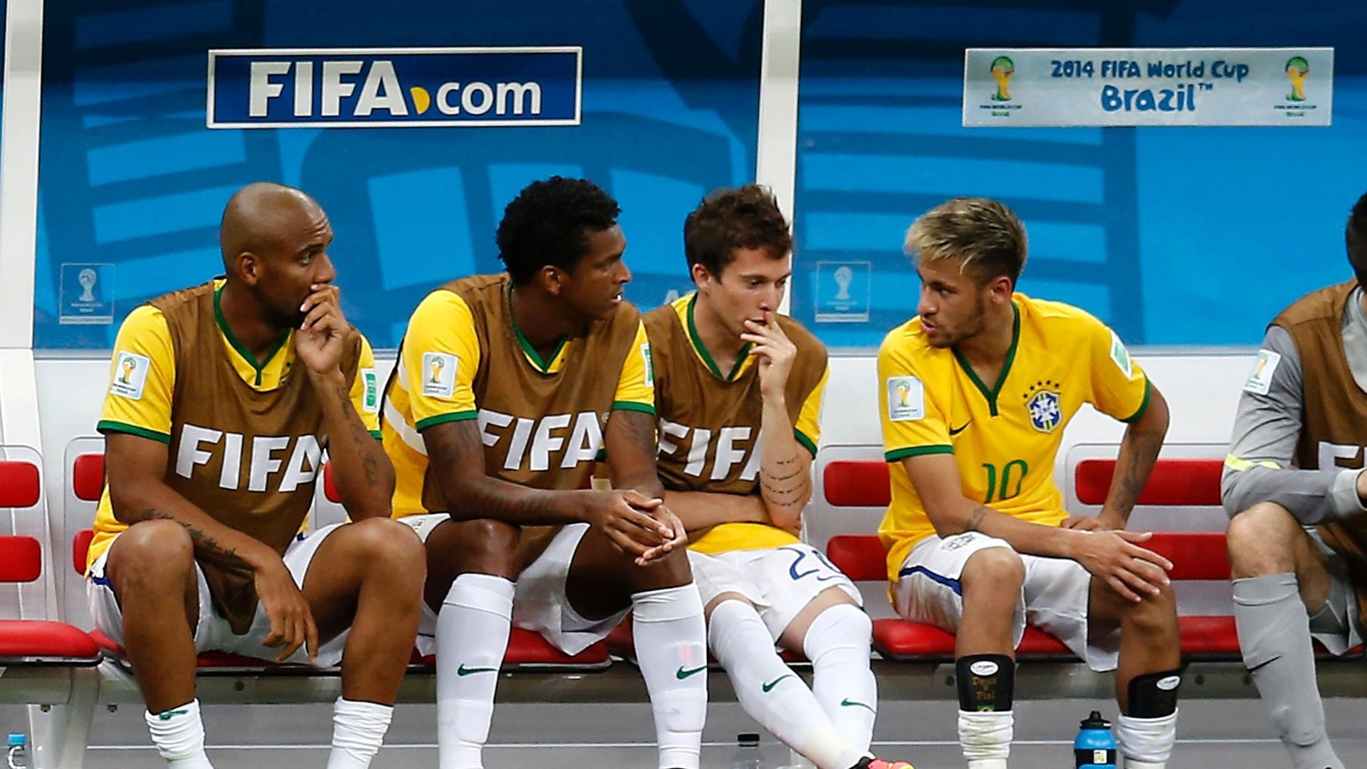 23.jun.2014 - Depois de ser substituído, Neymar conversa com Bernard, Jô e Maicon no banco de reservas da seleção brasileira