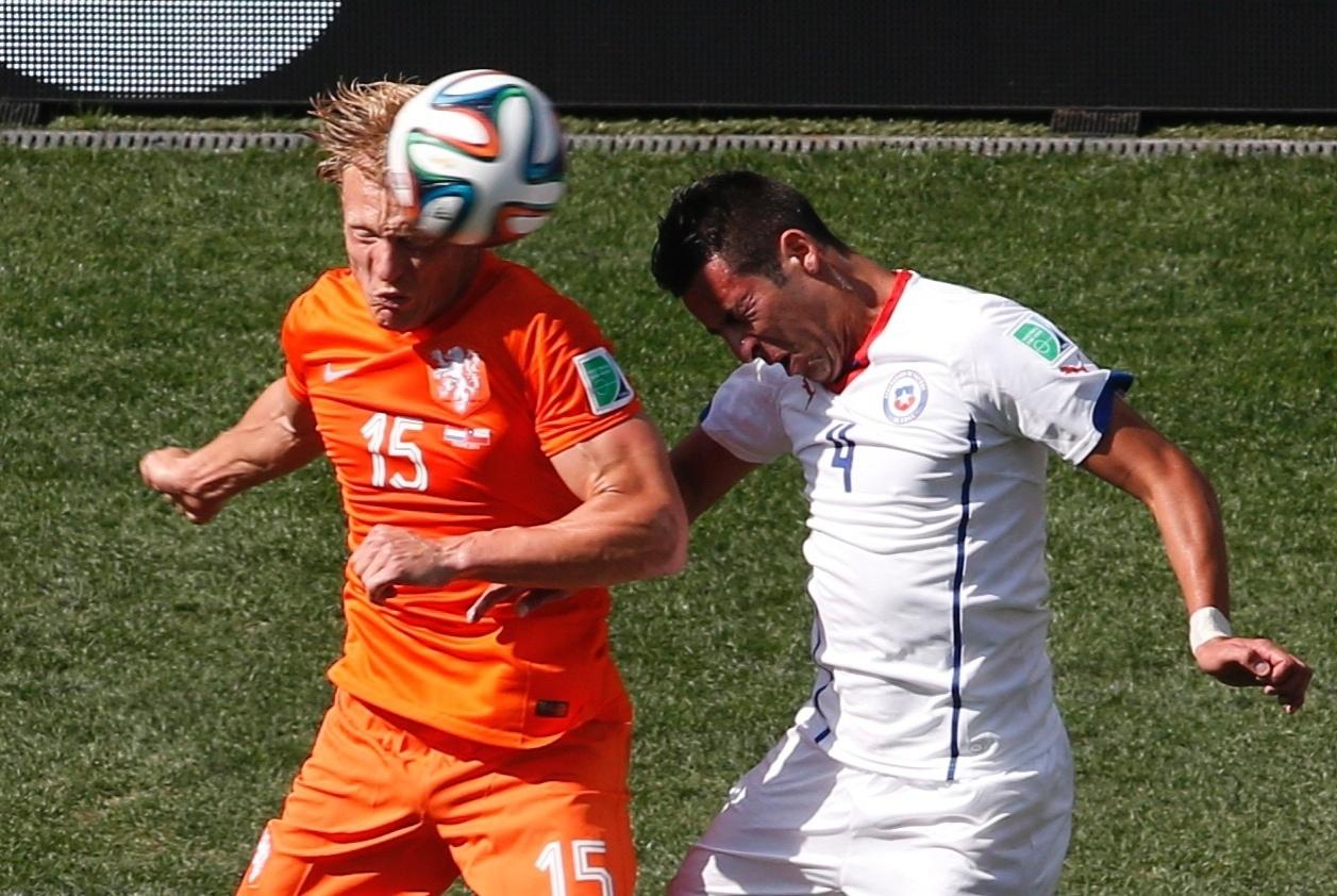 Dirk Kuyt e Mauricio Isla disputam bola de cabeça na partida entre Holanda e Chile
