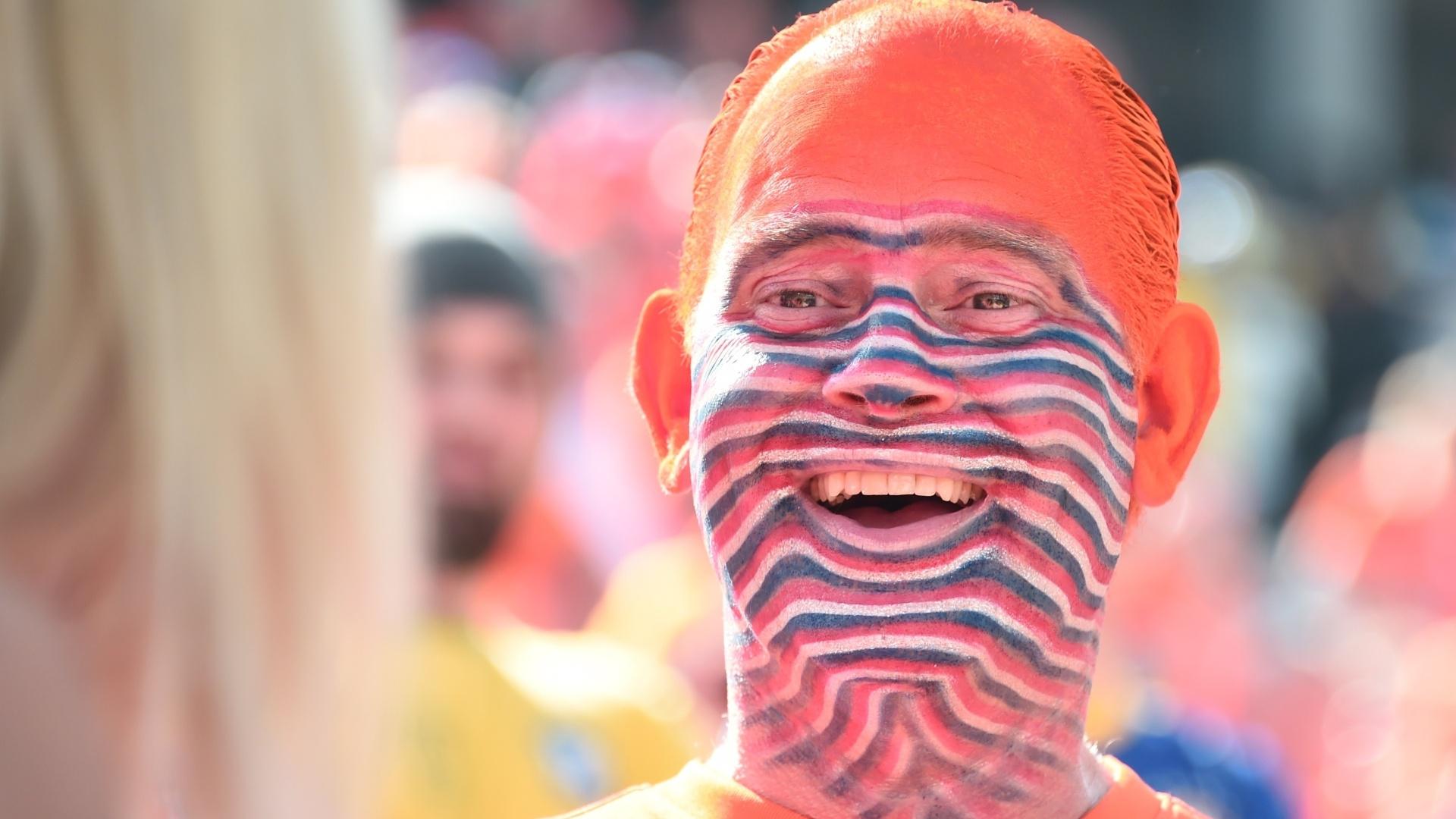 Fantasiados e pintados, holandeses chegam ao Itaquerão para o jogo contra o Chile