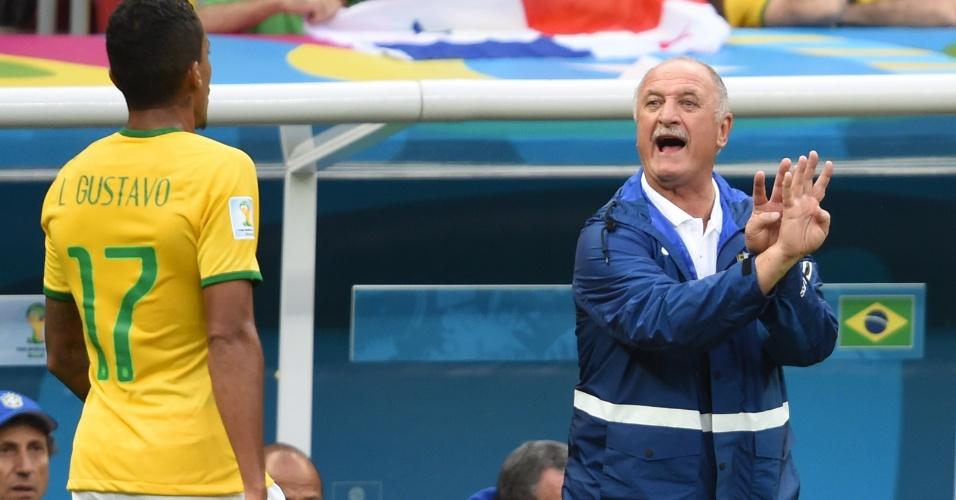 23.jun.2014 - Felipão conversa com Luiz Gustavo na vitória brasileira sobre Camarões por 4 a 1