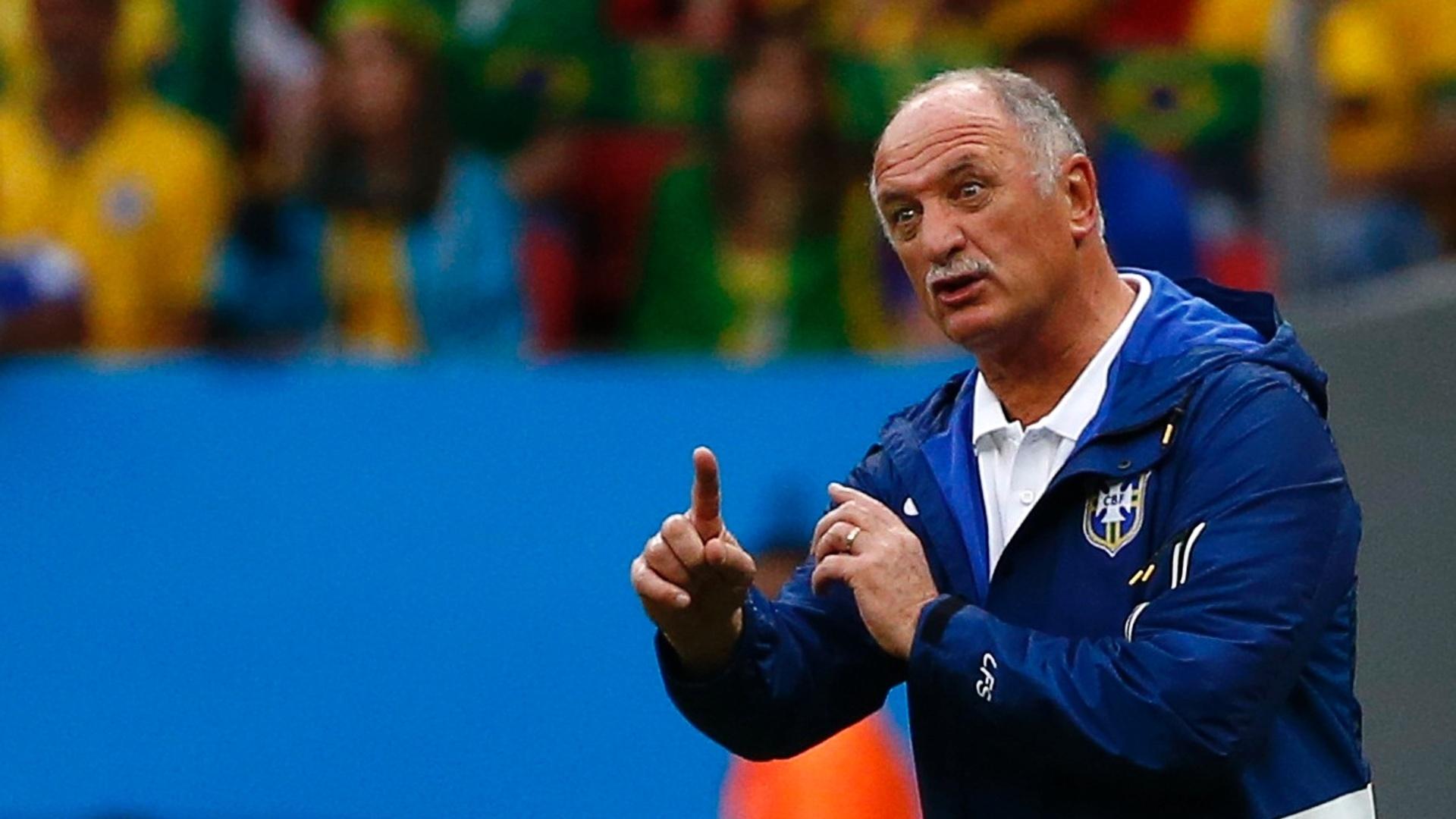 23.jun.2014 - Felipão orienta jogadores do Brasil durante a partida contra Camarões, em Brasília