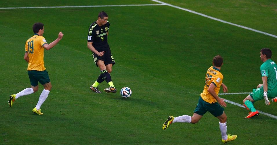 Fernando Torres finaliza para marcar o segundo gol da Espanha contra a Austrália, na Arena da Baixada