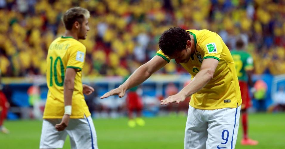 23.jun.2014 - Fred agradece à torcida presente no Mané Garrincha depois de marcar o terceiro gol brasileiro na vitória por 4 a 1 sobre Camarões