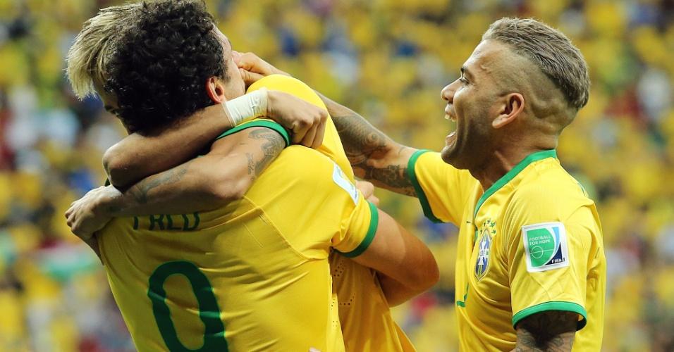 23.jun.2014 - Fred é abraçado por Neymar depois de marcar seu primeiro gol na Copa e o terceiro do Brasil na vitória por 4 a 1 sobre Camarões