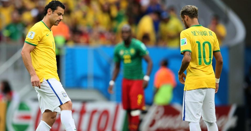 23.jun.2014 - Fred e Neymar dão o pontapé inicial da partida contra Camarões, a última da primeira fase da Copa do Mundo