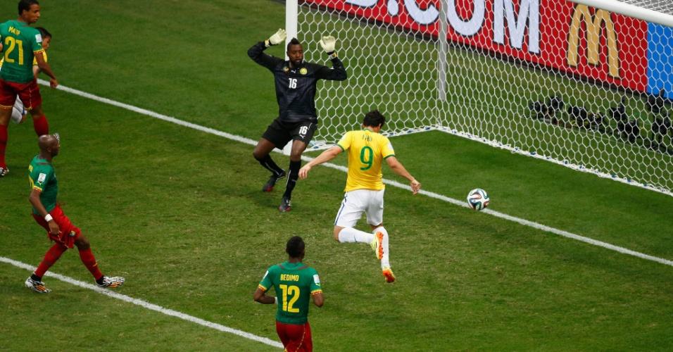 23.jun.2014 - Fred não tem dificuldade para completar de cabeça e marcar seu primeiro gol nesta Copa do Mundo. O Brasil venceu Camarões por 4 a 1