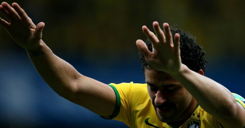 23.jun.2014 - Fred reverencia a torcida no estádio Mané Garrincha após a vitória brasileira contra Camarões por 4 a 1