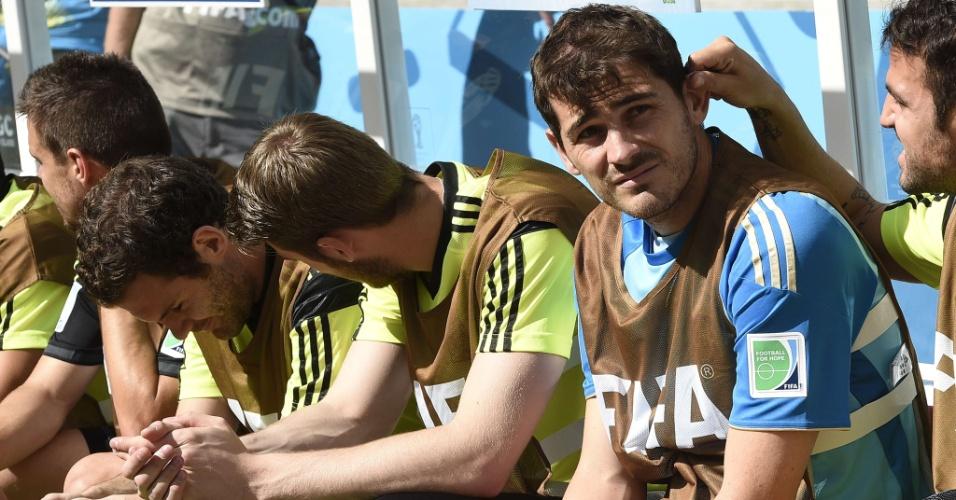 Goleiro Iker Casillas, da Espanha, acompanha do banco de reservas partida contra a Austrália, em Curitiba