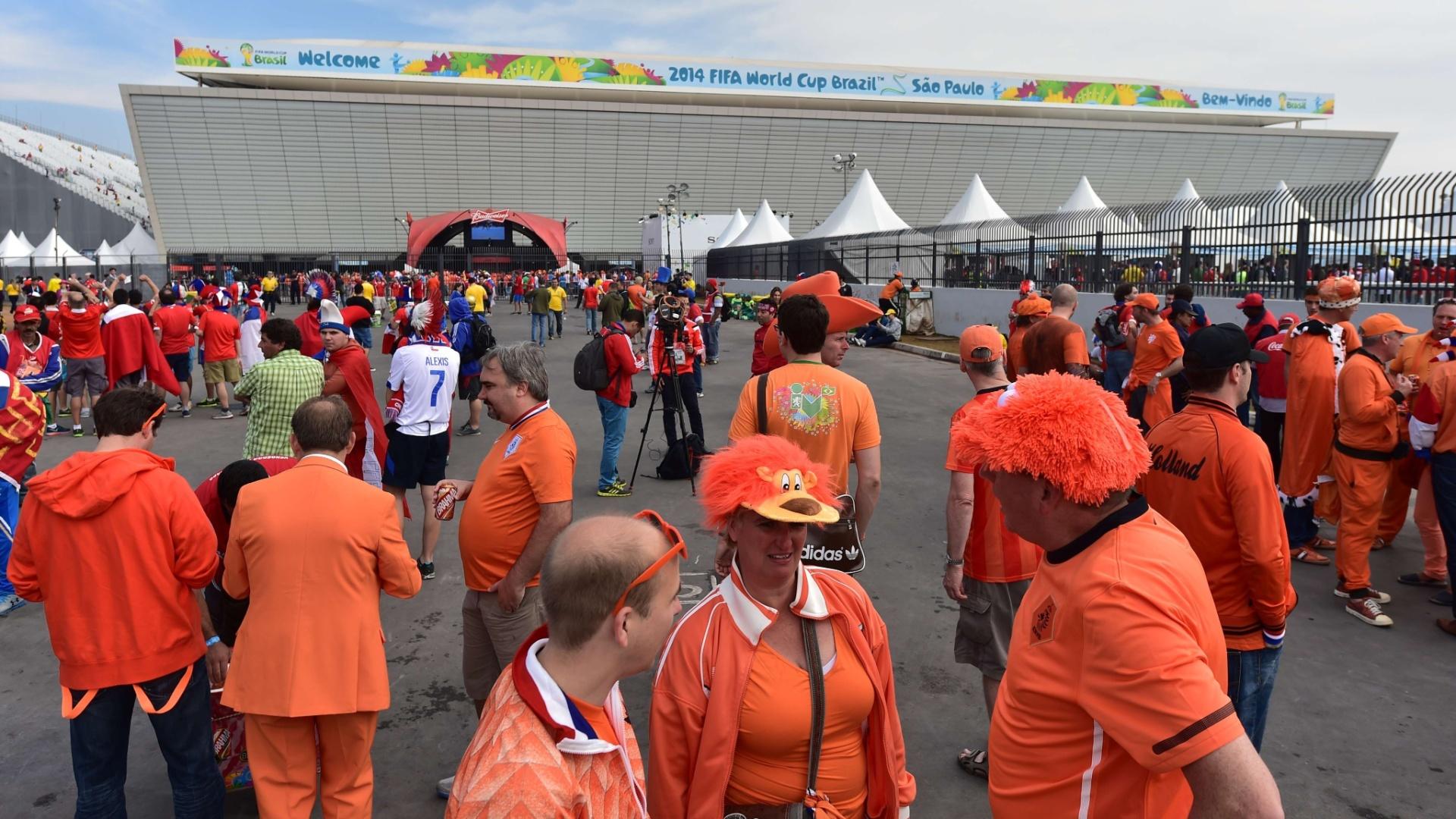 Holandeses e chilenos tomam as imediações do Itaquerão horas antes da partida