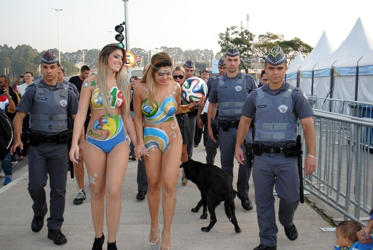 Modelos com corpo pintado chamam a atenção no Itaquerão, antes de Holanda x Chile, e acabam movimentando até a polícia no entorno do estádio