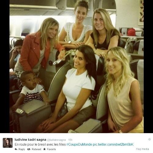Mulheres de jogadores da seleção francesa voam para o Brasil para acompanhar a Copa do Mundo. Entre elas, sentada e de branco, destaca-se a mulher de Bacary Sagna, Ludivine