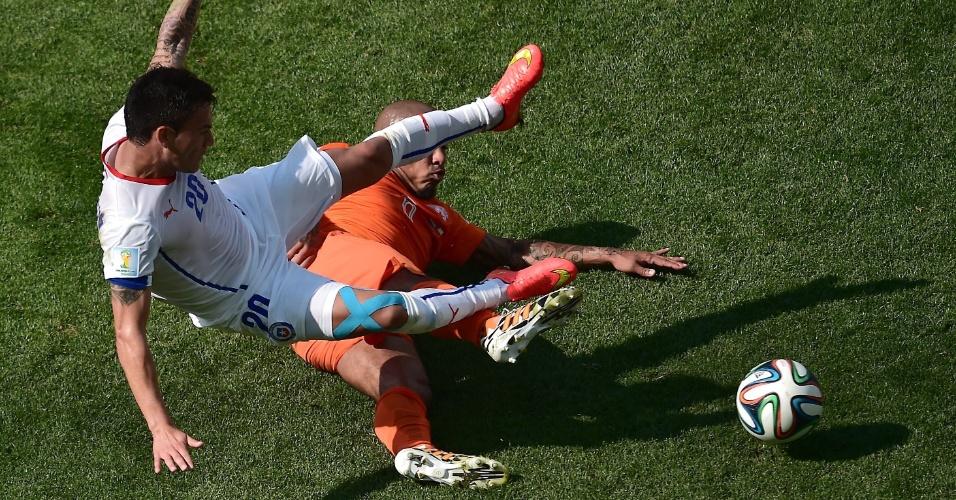 Nigel de Jong dá carrinho em Aranguiz durante partida entre Holanda e Chile