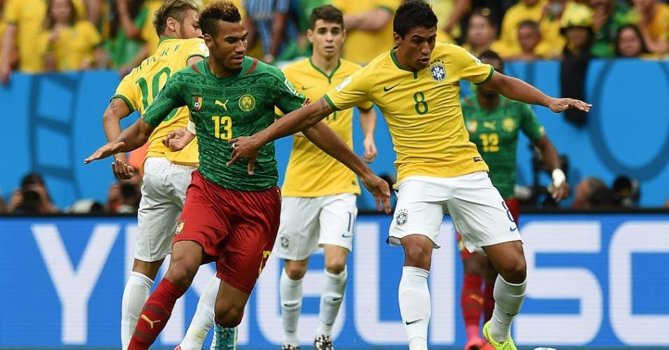 Paulinho, do Brasil, briga pelo espaço com Eric Maxim Choupo-Moting, de Camarões, na partida no Mané Garrincha