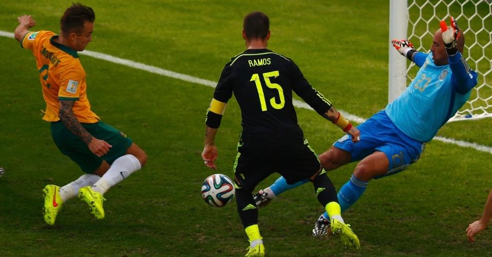 Pepe Reina, da Espanha, defende tentativa de Adam Taggart, da Austrália, durante jogo na Arena da Baixada