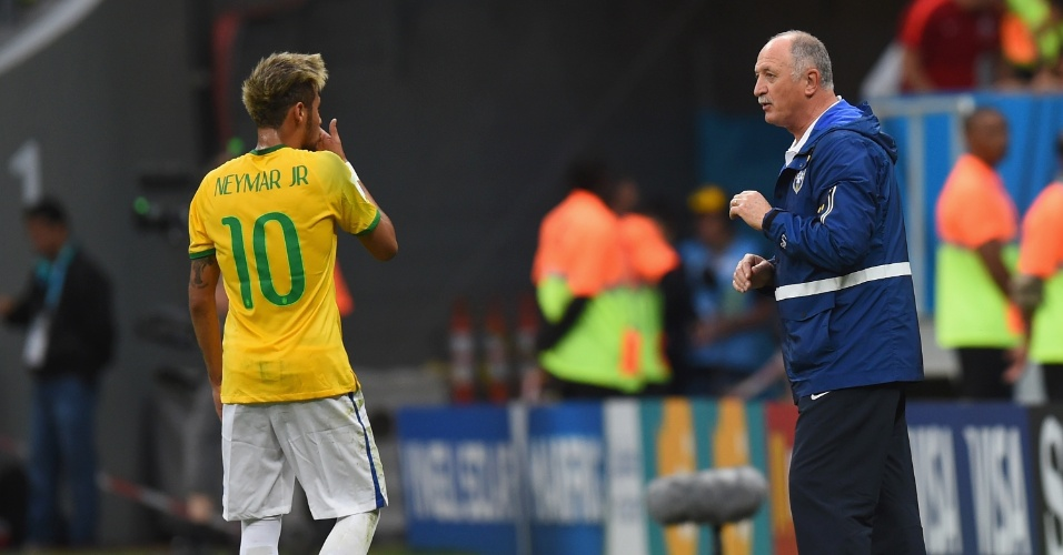 23.jun.2014 - Técnico Luiz Felipe Scolari conversa com Neymar durante a partida contra Camarões. Os brasileiros venceram por 4 a 1 no Mané Garrincha
