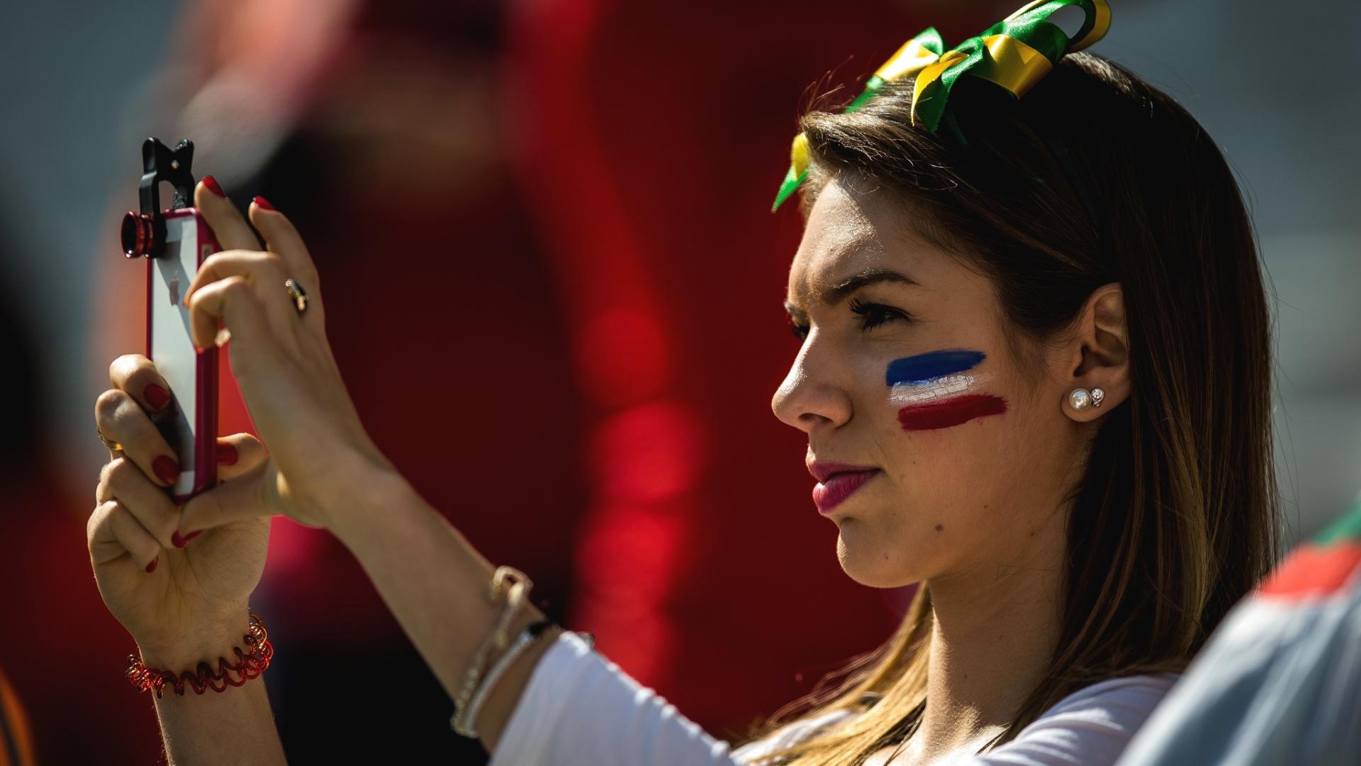 Torcedora apoia a Holanda para o duelo com o Chile, no Itaquerão